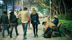 How many couple in there? (_Rambler) Tags: street people love night hongkong back couple pair sony voigtlander 40mm moment alpha  a7 nokton voigtlnder