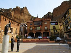 La Plaza (kirru11) Tags: plaza espaa esculturas casas quel banderas roca pea ayuntamiento canonpowershot larioja kirru11 anaechebarria