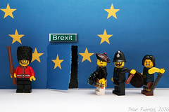 #Brexit (Marmotuca) Tags: uk stars puerta lego unitedkingdom royalguard salida exit referendum bagpiper ue constable unineuropea highlandbattler brexit