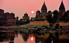 INDIEN, Chattris in Orchha am Abend, 14014/6853 (roba66) Tags: city travel sunset sun india house reflection building history tourism monument glass arquitetura architecture reflections de atardecer mirror reisen asia asien cityscape sonnenuntergang sundown platz urlaub capital kultur tomb culture haus places visit historic explore amanecer reflect mausoleum stadt architektur historical tradition sonne reflexo spiegelung indien bau faade reflejos fassade inde reflektion historie voyages huser riflesso geschichte grabmal orchha northernindia riflessioni kulturdenkmal chhatri tikamgarh coucher soleil betwariver pradesh roba66 madhya indiennord kenothaps indienchattrisinorchhaamabend