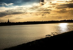 Lone horseman (into the sunset) (Tricycl) Tags: sunset sky sun lake 3 statue clouds canon de landscape thailand temple soleil king mark buddhist iii coucher thaïlande ciel thong l 17 5d 40 mm wat nuages 1740mm 1740 khao phu ayutthaya chedi naresuan mausolée bouddhiste chaedi