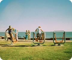 Jovenes emprendedoras (Momi.) Tags: bicicleta playa pasto perros montevideo rambla seoras ejercicios