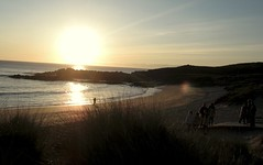 Gente y buena luz (dixtat) Tags: light summer espaa luz sol beach sunshine spain sand playa arena galicia verano puesta platja posta llum estiu sorra donios