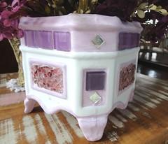 Cachepo decorado com mosaico - R$ 49,00 (Artesanatos e Mosaicos da Elisa - Curitiba) Tags: vidro artesanato mosaico artes vaso pedras presente lilás cachepo