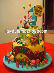 Looney Tunes Birthday cake (Jcakehomemade) Tags: ballon babytweety firstbirthdaycake charactercake funcake babysylvester noveltycake celebrationcake babytasmaniandevil customizedcake wwwjcakehomemadeblogspotcom toyscake babylooneytunesbirthdaycake babybugbunny fondantchildrencake looneytunescakes 3dcartooncake kidsnoveltycake children3dcake birthdaycakeforyikheng cakesbyjessicalaw