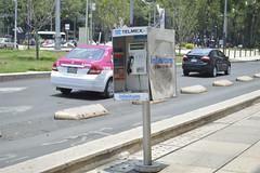 TELEFONO PUBLICO DESGASTADO (Ethna Linares) Tags: taxi solo gorra reforma telefono desgastado cdmx personadecolor