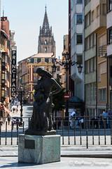 La Encarna y Chiquilin de Sebastian Miranda en el Paseo de los Alamos de Oviedo, Asturias, Espaa. (RAYPORRES) Tags: espaa monumento asturias escultura oviedo estatua junio paseodelosalamos 2016 principadodeasturias sebastianmiranda laencarnaychiquilin