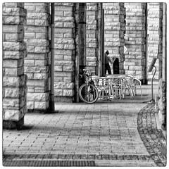 tua espera (Carla Carvalho Tomas) Tags: blackandwhite blancoynegro caf table waiting bicicleta stop passage pretoebranco espera passagem mesa biarritz bycicle parada caff pasaje colunas colunms carlacarvalhotoms