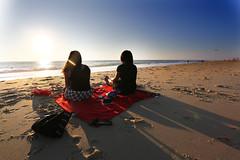 Pique-nique face  l'ocan (Biscarrosse Tourisme) Tags: soir bisca biscarrosse biscarosse coucher de soleil pique nique piquenique amis amoureux ocan plage sable