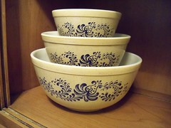 400 Series Homesteads (The Retro Rescuer) Tags: blue 70s homestead 402 403 401 mixingbowls vintagepyrex homesteadset