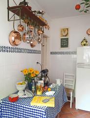 fazendo baguna na cozinha (Daniboy) Tags: cooking kitchen de cuisine cooper cozinha cobre pans cozinhando panelas bagunabolo