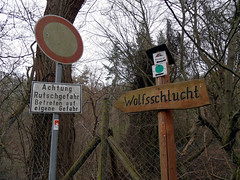 Wolfsschlucht (onnola) Tags: sign rock germany deutschland canyon eifel direction schild devon valley ravine slate geology kell lahar tal tuff schlucht rheinlandpfalz verkehrsschild wanderung verkehrszeichen vulcanism duckstein andernach wegweiser gestein geologie volcanicity schiefer wolfsschlucht volcanism rhinelandpalatinate trass vulkanismus traumpfad vulkangestein osteifel wassenach badtnisstein mayenkoblenz hhlenundschluchtensteigkell hhlenundschluchtensteig caveandcanyontrail aschestrom ignimbrit tnistal