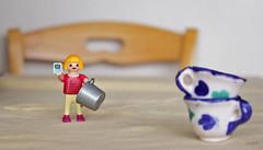 "Caf doble y ""selfi"". (Gloria Ayala Barrera) Tags: coffee caf toy juego mvil playmobil juguete tazas"