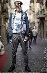 IMG_4544 (traccediscatti) Tags: street moda style tshirt uomo camicia fantasia barba cappello occhiali pubblicit modello abbigliamento accessori pantaloni