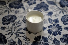 chaud lait (carmen_alber) Tags: blue white flower cup milk bed warm bubble lait chaud