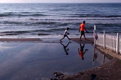 Misura per misura (meghimeg) Tags: sea reflection walking mare father son padre riflesso dianomarina 2016 figlio spiegelungen camminata