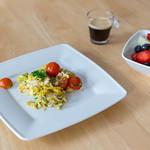 Rührei mit Tomaten, Obstsalat und Espresso thumbnail