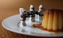 """Tirer au flan""... (NUMERIK33) Tags: expression française expressionfrançaise numerik33 flan flamby tir target dessert joke lego"