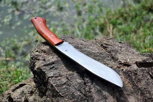 ใบมีดทำมาจากเหล็กตลับลูกปืน