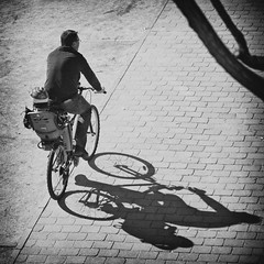 La bicicleta (Pep Vargas) Tags: shadow bw bike ombra bicicleta sombra bn