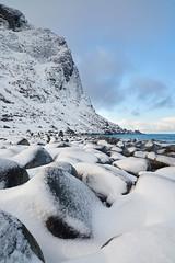 Plage d'Utakleiv #8 [ les Lofoten ~ Norvge ] (emvri85) Tags: winter snow mountains beach norway zeiss sunrise rocks hiver neige lofoten plage rochers montagnes leverdesoleil 21mm norvge nordland leefilters