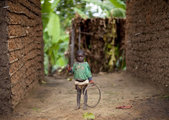Btawa kid in Cyamudongo area - Rwanda (Eric Lafforgue) Tags: poverty africa childhood outdoors kid child tribal rwanda afrika tribe enfant commonwealth twa oneperson ethnicity afrique pygmy tribu eastafrica pygmee cerceau batwa pauvrete ethnologie lookingatcamera centralafrica 2070 kinyarwanda ruanda ethnie indigenousculture ethny afriquecentrale   regardcamera   republicofrwanda   ruandesa cyamudongo