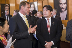 Burkhard Jung chats with Osamu Yoshida at the Presidency Reception in Leipzig