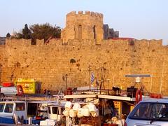 le mura all'alba,Rodi (silvia07(very busy)) Tags: castle holidays stones barche mura rocce castello rhodes rodi vacanze cavaliers cavalieri dodecanese torrino dodecaneso