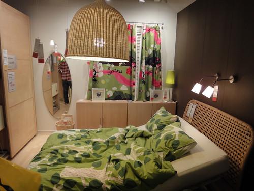 6畳間に設置したイケアのダブルベッドと題した写真