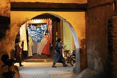 tra i vicoli (Enrico Casagni) Tags: color canon colore nightshot market morocco marocco marrakech souk marrakesh mercato notturna eos50d 50f18ii