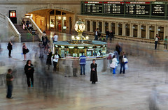 Grand Central Terminal / New York City, USA (2009) (Stephan Rebernik) Tags: newyorkcity people usa newyork travelling clock america buildings reisen bahnhof pedestrian menschen railwaystation motionblur northamerica publictransport amerika informationdesk halle gebude concourse grandcentralterminal uhr bewegungsunschrfe passanten nordamerika anzeigetafeln informationpanels transportationinfrastructure informationsschalter infostelle verkehrsinfrastruktur ffentlichetransportmittel