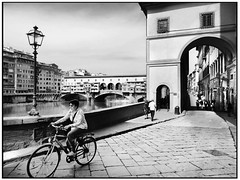 Firenze - Lungarno (gennaromignolo) Tags: firenze florence toscana blackwhite turismo fiume arno pontevecchio bicicletta argine argini italy italia storia centristorici bw street