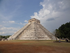 Chichn Itz - Pyramide de Kukulcn (LauriusLM) Tags: voyage travel inca mexico photography vacances photo yahoo ruins holidays flickr photographie pyramid maya yucatan wikipedia mexique lonely lonelyplanet monde rivieramaya pyramide chichnitz nationalgeographic incas ruines quintanaroo gettyimage elcastillo travelphotography googleimage go sitearchologique photoflickr nikoncoolpixs500 photosflickr photosyahoo imagesgoogle septnouvellesmerveillesdumonde citmaya sonycybershotdschx9v newsevenwondersfoundation potd:country=fr pyramidedekukulcn photogo photogoogleearth