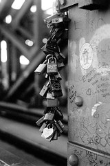 16.02-32 (analogish) Tags: bw film 35mm blackwhite cologne schwarzweiss koln sonnar kodaktrix400 leicamp hohenzollernbridge lovelocks 135film lovepadlocks hohenzollernbrucke liebesschloss reflectaproscan7200 canonrangefinderlens liebesschlosser canonserenar50mmf15m39