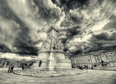 Buckingham Palace (mlphoto) Tags: city england sky blackandwhite bw london statue clouds flickr pentax unitedkingdom himmel wolken buckinghampalace stadt sw hdr schwarzweis pentaxk20d mlphoto mlphoto markuslandsmannzenfoliocom