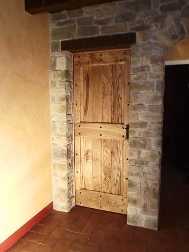 Porta interna in castagno massiccio con finitura ad olio naturale