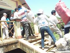 NHÓM PHÁT QUÀ ĐANG KHIÊN QUÀ XUỐNG (giangphuc1961@yahoo.com.vn) Tags: ea rbin xã lăk huyện đăklak tỉnh