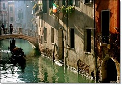 El ltimo paseo en gondola... (nanettesol) Tags: venice light luz puente canal italia gente ponte gondola neblina venecia luce brigde paredes palacio canaletto