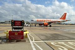 EasyJet - G-EZIW (Andrew_Simpson) Tags: u2 apron airbus gatwick easyjet a319 lgw 319 gatwickairport londongatwick ezy airside a319100 egkk londongatwickairport 319100 geziw davxe