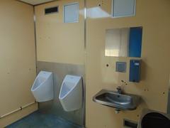 Toalett med pissoarer på rastplats. (Joner1669) Tags: eskilstrup e47 rastplats rest area rasteplads pissoar