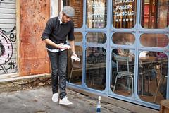 On fait du manage (Paolo Pizzimenti) Tags: paris film commerce paolo gare olympus casquette f18 montparnasse gens omd vitrine argentique 25mm em1 attente pellicule 17mm m43 verrier mirrorless
