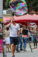 Berln - Berlin (Alvaro Lovazzano) Tags: alemania canon viaje2014 t3i viaje calle street strada burbuja caminar buble celular telfono phone germany pompa tedesco deutschland