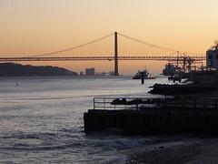 Lisboa (aidafis) Tags: costa portugal río puerto puente atardecer barco lisboa septiembre puestadesol tajo ponte25deabril acero puentecolgante 2011 puente25deabril