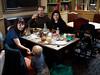 Chez The Builders Arms (Dahrth) Tags: friends london beer children pub burger cheeseburger meal londres enfants amis bière repas thebuildersarms microfourthirds panasoniclumixgf1 lumix20mm 20mmpancake gf120 lumixmicroquatretiers lumixμ43