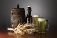 Bodegn de cebada (Juan J. Mrquez (de vuelta a la batalla)) Tags: color cerveza cereal estudio bodegn granada cereales birra bebida artesania tradicin beber naturalezamuerta tonel cebada iluminacin