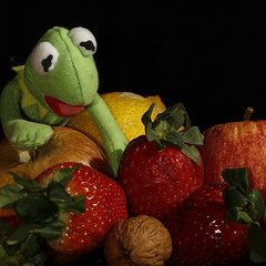 Fruit & flashgun fun (Solomulala | mostly weekends ;-( !) Tags: red color verde fruit rojo strawberries frog fruta rana strobist mygearandme solomulala