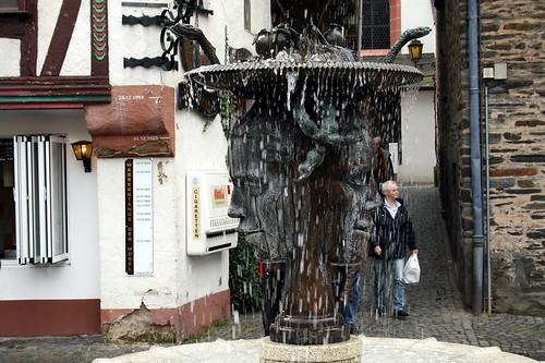 Bernkastel-Kues. Font amb escultura bifront i serps al cap