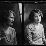 PEM-CHA-GP0659 Portrett av to unge kvinner thumbnail