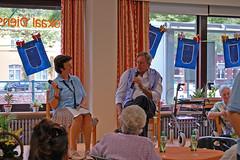 Centrumleidster Christine Vervaet legt Geert op de rooster naar aanleiding van de viering van 25 jaar De Horizon