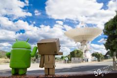 24/52 Danbo & Andro esperando a E.T. (PeRRo_RoJo) Tags: sky sony cielo antena nube android danbo minicollectibles dslra580